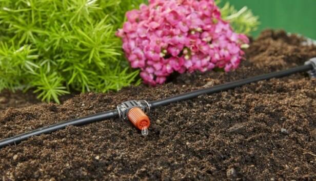 <strong>DRÅPE ETTER DRÅPE:</strong> Enkle dryppvanningssystemer finnes både til krukker, potter, veksthus og større hagearealer.