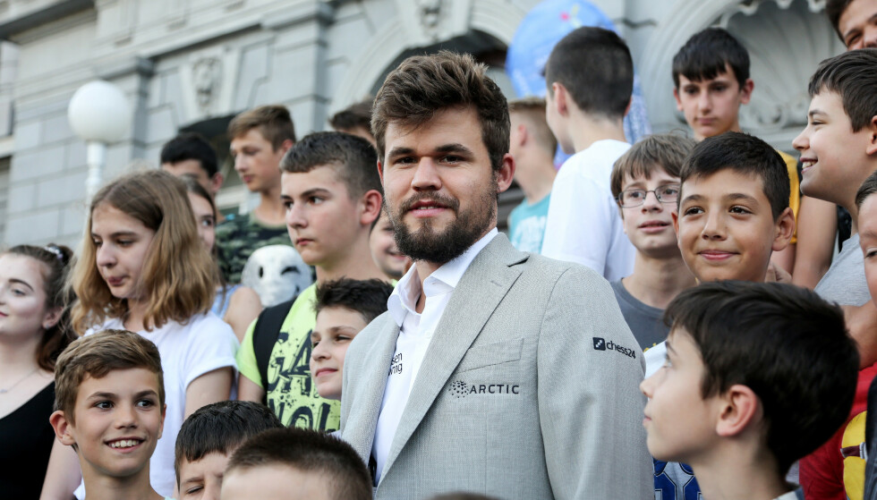 STARTET KLUBB: Magnus Carlsen var i går på åpningen av Croatia Chess Tour 2019 i Zagreb, men hjemme i Norge raser debatten om hans nye sjakklubb. Foto: Marin Tironi/PIXSELL /NTB scanpix
