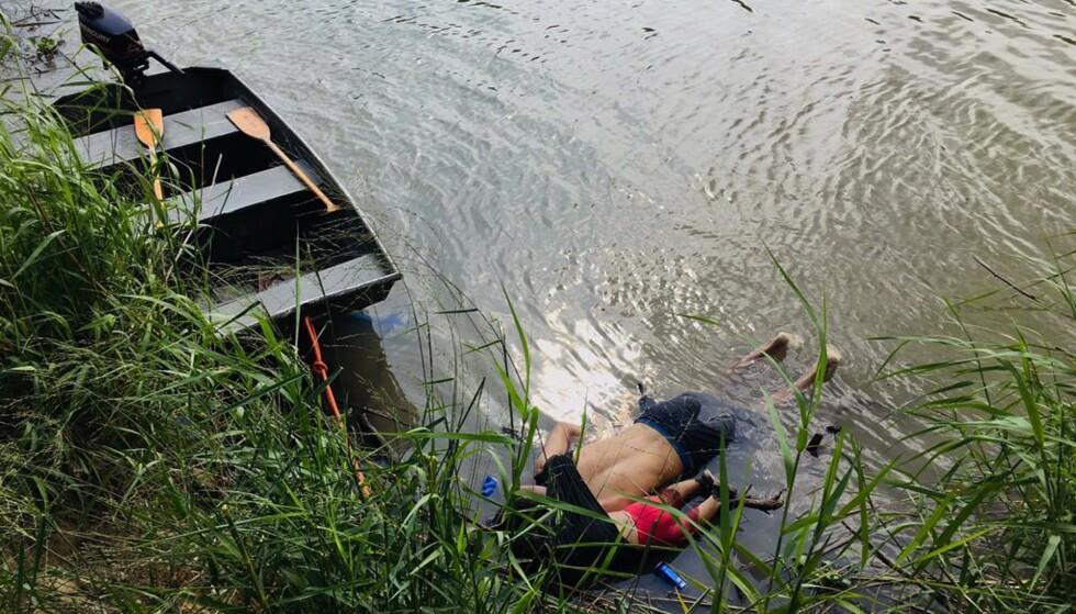<strong>OPPRØRENDE:</strong> Oscar Martinez Ramirez og hans datter på nesten to i elva Rio Grande. Men er vi i Europa noe bedre enn de er i Trumps USA? Foto: AFP / NTB Scanpix
