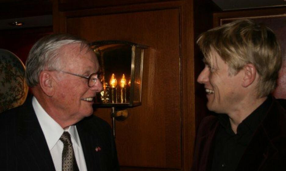 MÅNELYST: Artikkelforfatter Sverre Gunnar Haga møtte i 2006 en av sine helter, astronaut Neil Armstrong, som alltid var en stillfaren mann og som ikke ønsket et gravsted dit folk skulle valfarte, men hans aske er spredt med alle vinder, og her er historien om møtet, men mest om det det eventyret som fanst sted for 50 år siden. Foto: Privat.