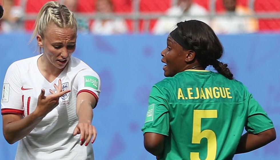 RETT UT: Toni Duggan fra England viser fram det som skal være spytt fra motspiller Augustine Ejangue fra Kamerun. Britene sendte Kamerun hjem fra VM. Foto: NTB Scanpix