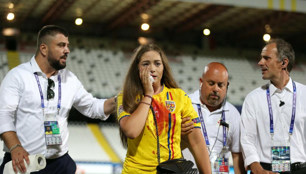 <strong>BLODIG:</strong> Andreea Alina blir ført i sikkerhet av folk fra Romanias støtteapparat. Foto: NTB scanpix