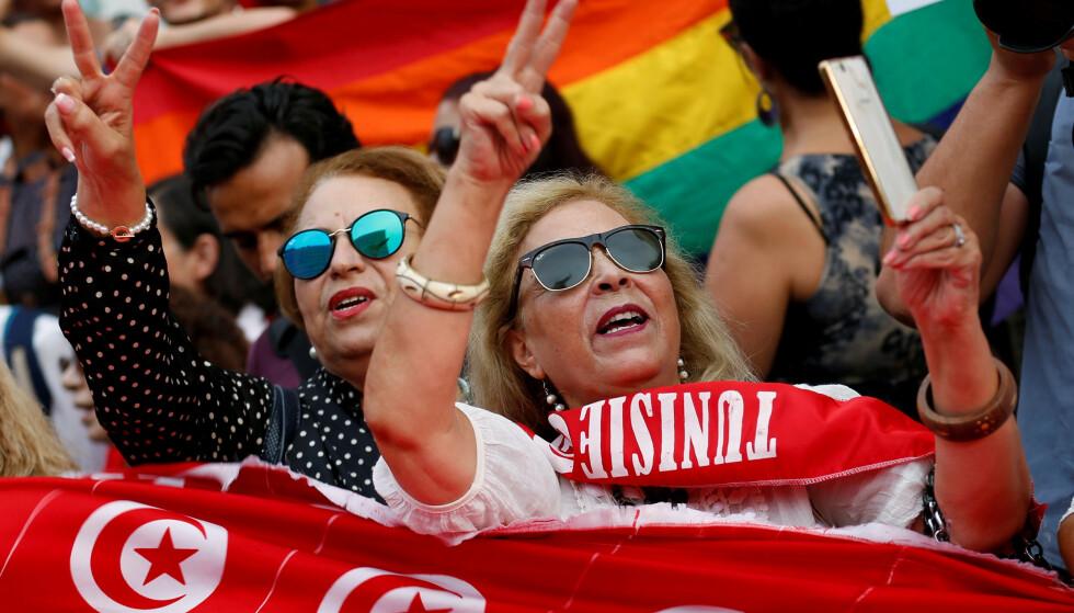 STADIG FÆRRE RELIGIØSE: Ifølge det nye araber-barometeret, er stadig færre av innbyggerne i Midtøsten og Nord-Afrika religiøse. De har også mindre tillit til religiøse ledere. Færrest ser på seg sjøl som religiøse i Tunisia, hvor disse kvinnene er ute i gatene og demonstrerer for at kvinner og menn skal arve likt. Foto: Zoubeir Souissi / Reuters / Scanpix