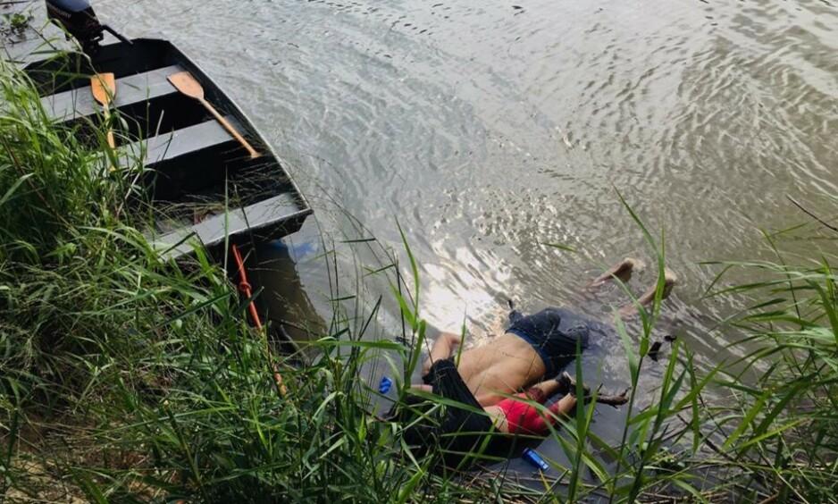 FAR OG DATTER FUNNET DØDE: Oscar Martinez Ramirez og hans datter ble funnet druknet. De forsøkte å krysse elva Rio Grande på vei til USA. Foto: STR / AFP / NTB scanpix