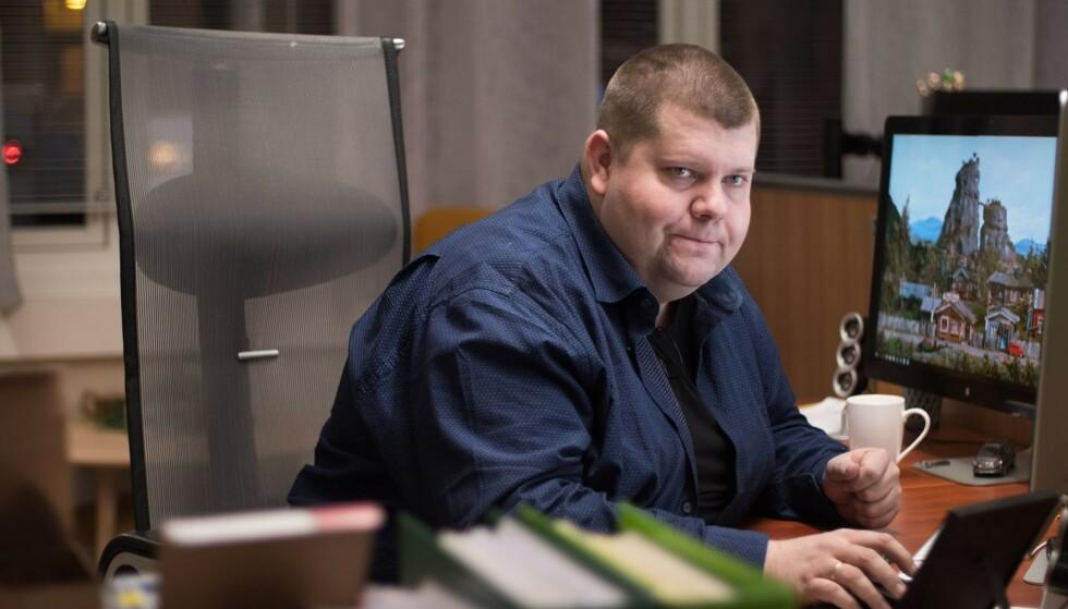 BEKYMRET: Ansvarlig redaktør Jon Henrik Larsen i avisa Salangen-Nyheter frykter konkurs etter kutt i assistenttilbud. Foto: TV3