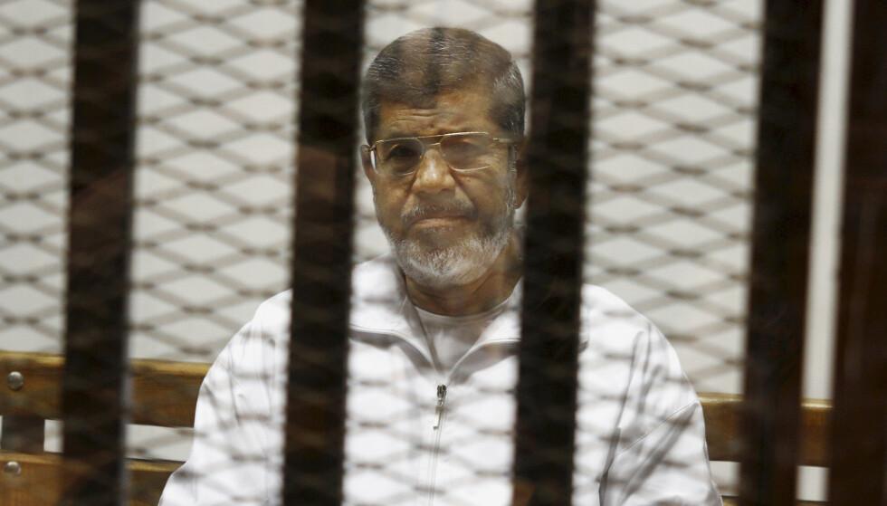 DØDE I ET BUR: Mohammed Mursi døde i glassburet han satt i under en rettssak i Kairo 17. juni. Dette bildet er fra 2014. Foto: AP/Scanpix NTB