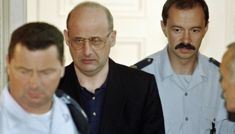 LEVDE EN LØGN: Franskmannen Jean-Claude Romand overbeviste familien sin om at han var en vellykket lege i nesten to tiår, og drepte alle sammen da de holdt på å finne ut av sannheten. Her er han avbildet i 1996 da rettssaken mot han begynte. Foto: Philippe Desmazes/AFP.