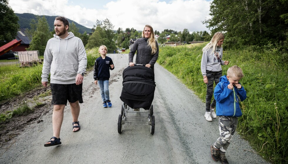 MODERNE FAMILIE: Stein-Inge Nyrud (35), Mathias Nyrud (8), Janne Rogstad Nyhus (37), Dina Rogstad (12) og Lukas Nyrud (6) på trilletur med bonusfamiliens siste tilskudd, lille Naiia Nyrud på 10 måneder. Eksperter har flere råd til hvordan familien kan unngå konflikter i fellesferien.