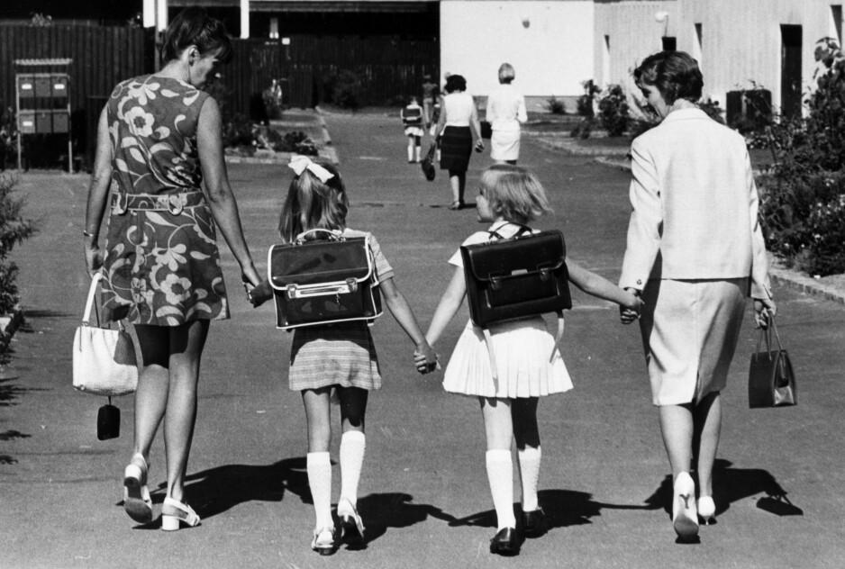 Første skoledag på Ammerud skole i 1971. 48 år senere, og barn og foreldre er fortsatt like spente på hva som nå venter. Foto: NTB-arkiv / SCANPIX