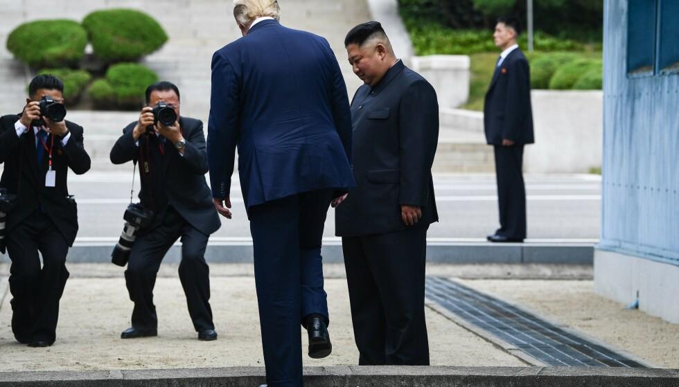 ET LITE SKRITT: For menneskeheten. Et stort skritt for Kim Jong-un. Som ser Donald Trump ta skrittet inn i Nord-Korea i sommer. Foto AFP / NTB Scanpix