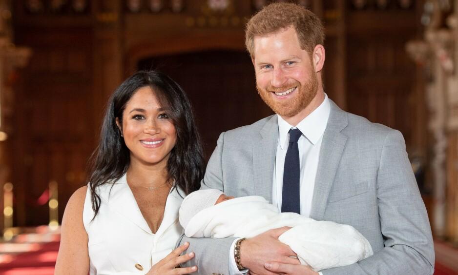 STOLTE FORELDRE: Det var et lykkelig hertugpar som viste lille Archie fram for verden to dager etter fødselen. Neste helg skal han angivelig døpes i en privat seremoni. Foto: NTB Scanpix