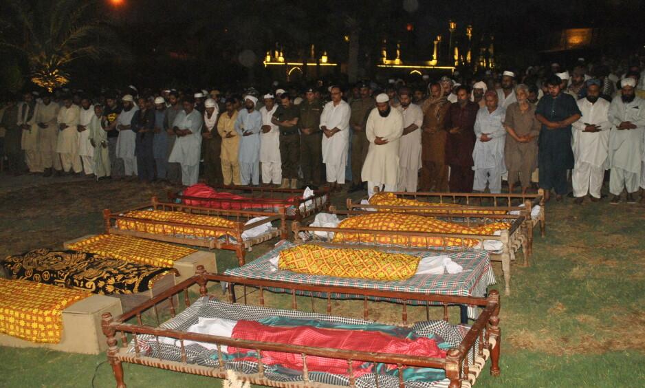 <strong>BEGRAVES:</strong> Her begraves familien i Multan i Pakistan. Foto: Faisal Kareem / EPA