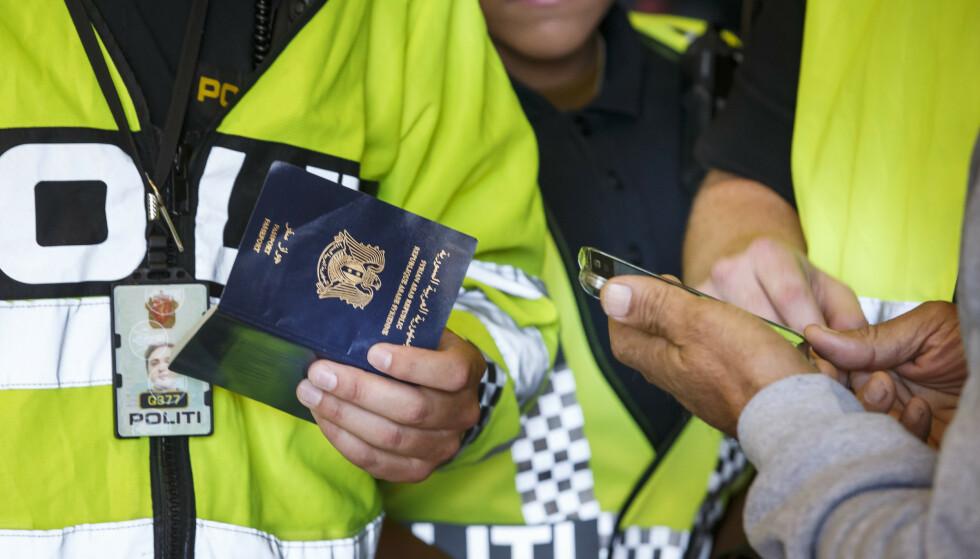- KAN VÆRE ULOVLIG: Når asylsøkere tvangsutsendes, har aktivister i flere tilfeller kontaktet mottakerlandet for å stanse det. Politiet sier det kan være ulovlig. Foto: Heiko Junge / NTB scanpix
