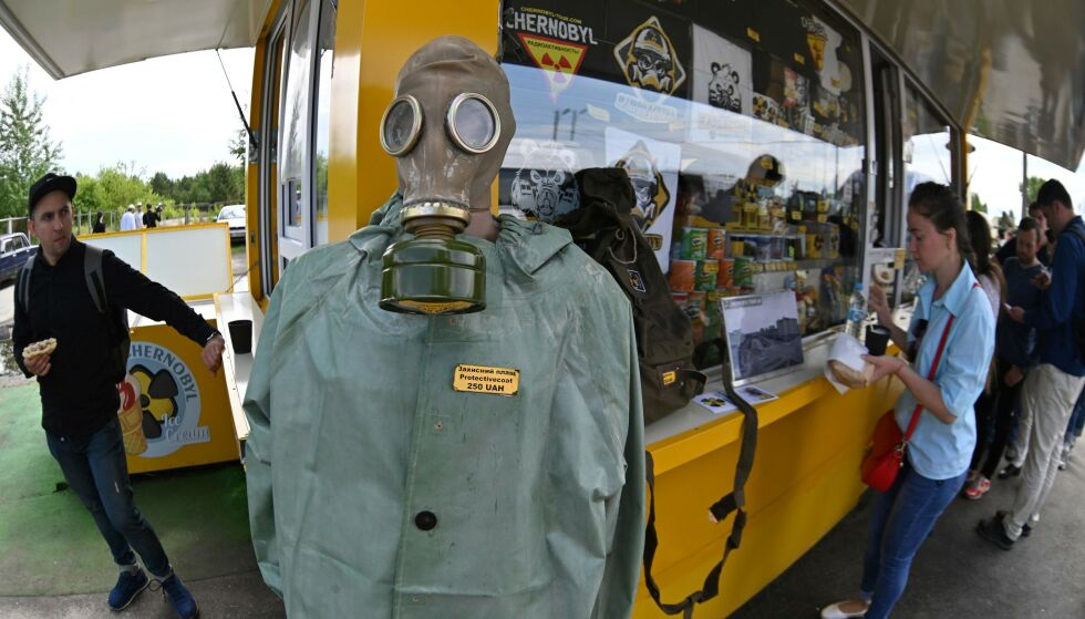 SOUVENIR: Stadig flere turister strømmer til Tsjernobyl. Her er besøkende i gang med å kjøpe souvenirer. Foto: Genya SAVILOV / AFP / NTB Scanpix