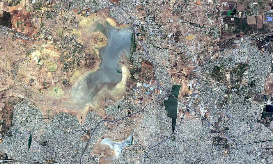 NÅ: Slik så Puzhal-reservoaret i Chennai ut 15. juni 2019. Foto: Copernicus Sentinel-2 Satellite Image/Maxar Technologies via AP