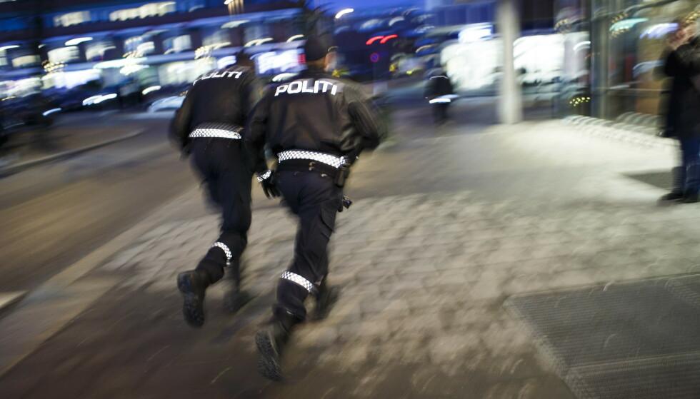 SOM SYKEHUS: Det er ikke viktig hvor politifolk har registrert arbeidssted, fordi de er mer ute i bil enn før, mener regjeringspartiene. Høyre mener det er like urimelig å si at kommuner er uten registrerte politifolk eller lensmannskontorer, som å si at en 388 kommuner i landet ikke har sykehus. Bildet viser politifolk i Ski. Foto: Heiko Junge / NTB scanpix