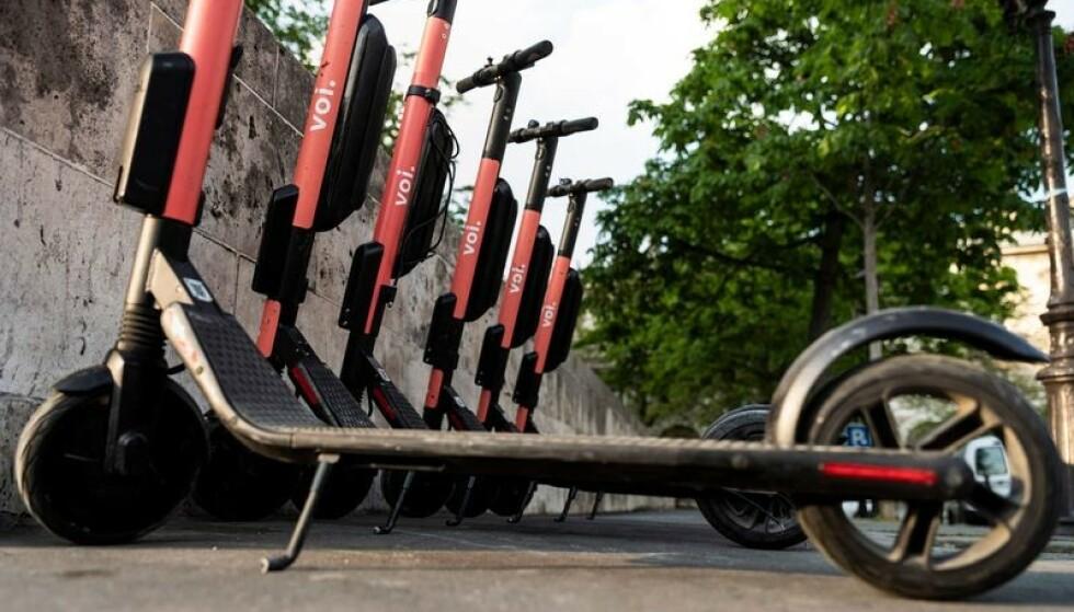 DØDSULYKKER: Manglende regulering har gjort bruken til et problem, sparkesyklene plasseres tilfeldig rundt i byen og uvettig bruk har gitt et stort antall ulykker med ulikt skadeomfang.