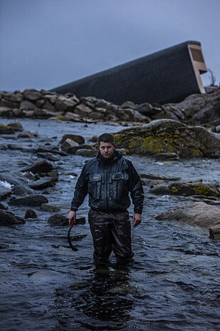 UNDER: Når Ellitsgaard ikke står over grytene på restaurant Under (i bakgrunnen) er han gjerne under vann på jakt etter mat. Foto: Under