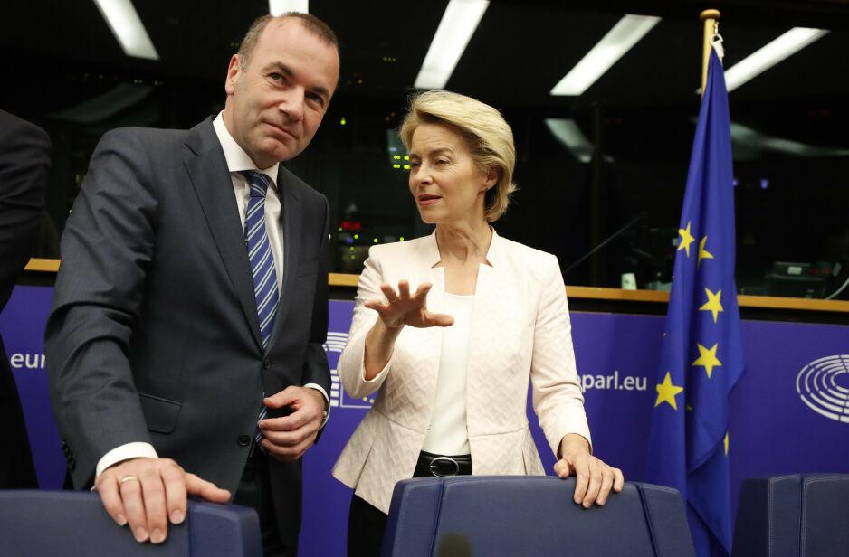 TAPER OG VINNER: Den konservative tyskeren Manfred Weber tapte for den konservative tyskeren Ursula von der Leyen da EU-rådet foreslo ny president i EU-kommisjonen. Her er de to under en felles pressekonferanse i Europaparlamentet i Strasbourg onsdag. Foto: AP / NTB Scanpix / Jean-Francois Badias