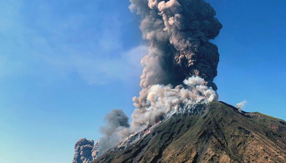 VULKANUTBRUDD: Én er bekreftet omkommet etter et vulkanutbrudd på den sicilianske øya Stromboli i Italia. Foto: NTB Scanpix