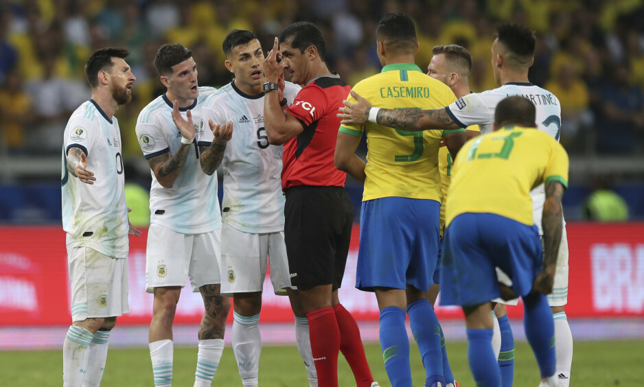 I FOKUS: Dommer Roddy Zambrano hadde mye å gjøre under kampen mellom Argentina og Brasil i Copa America. AP Photo/Ricardo Mazalan / NTB Scanpix