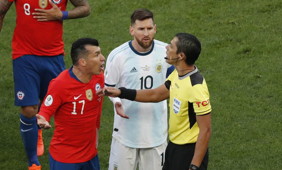 S^RØDT: Lionel Messi og Gary Medel ble begge utvist i bronsefinalen. Foto: AP Photo/Nelson Antoine