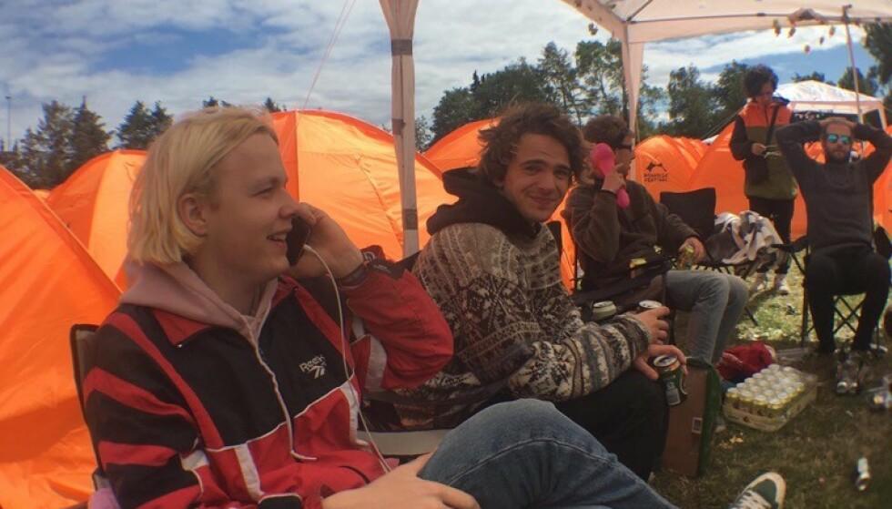 SPILTE PÅ ROSKILDE: Edvard Smith (til venstre) og Rémy Malchére Pettersen utgjør rockebandet brenn. De spilte på festivalens førprogram tirsdag, og nøt festivalen som publikummere resten av uka. Foto: Privat