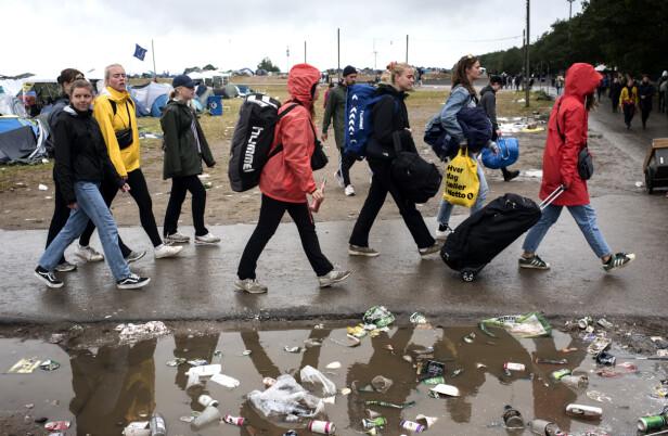 SØPPEL: Kildesortering var åpenbart et fremmedord for mange av gjestene på årets Roskilde-festival. Her fra campområdet lørdag. Foto: Ida Guldbæk Arentsen / Ritzau / NTB scanpix