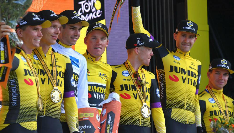 NY SEIER: Grøndahl Jansen og Jumbo-Visma på podiet etter lagets andre seier på like mange dager i Tour de France. FOTO: Getty Images.