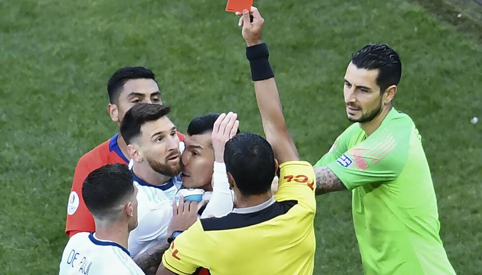 RØDT: Lionel Messi kan bli stilt til ansvar for sine beskyldninger om korrupsjon etter at han ble utvist i lørdagens bronsekamp i Copa America. Foto: EVARISTO SA / AFP