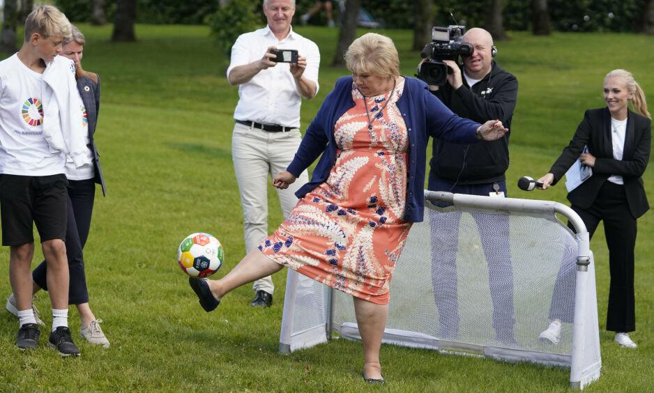 I VEIEN FOR MÅLET: Statsminister Erna Solberg prøvde seg på fotballbanen da hun besøkte Asker tidligere i Juli. Foto: Fredrik Hagen / NTB scanpix