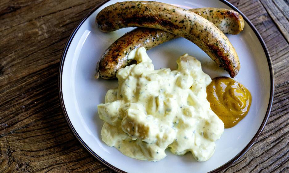 POTETSALAT: Enkelt følge til sommerens grillmat, men du kan gjerne ha noen ferdigkokte poteter på lur - det er fryktelig mye majones i de aller fleste.
