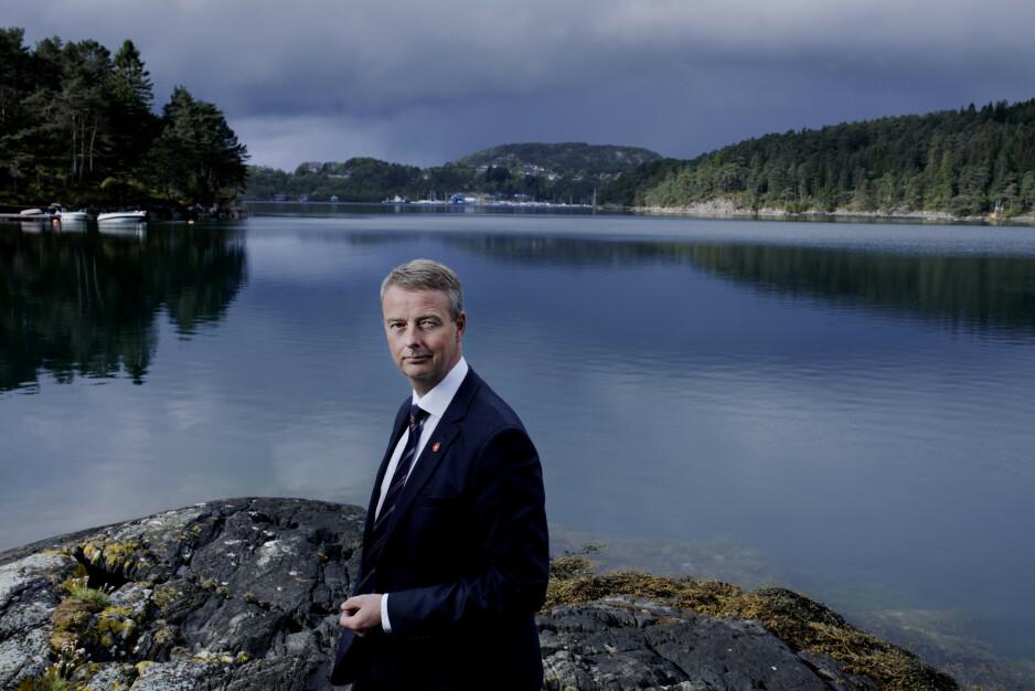 FJORDENS MANN: Os-ordfører Terje Søviknes (50) i eget rike. Her fotografert hjemme på Søvikneset ved Lysefjorden. Foto: Paul Sigve Amundsen
