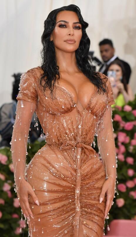SMAL: Ved hjelp av intensiv trening og et korsett, kom Kim Kardashian seg inn i denne ekstremt trange kjolen. Foto: NTB Scanpix
