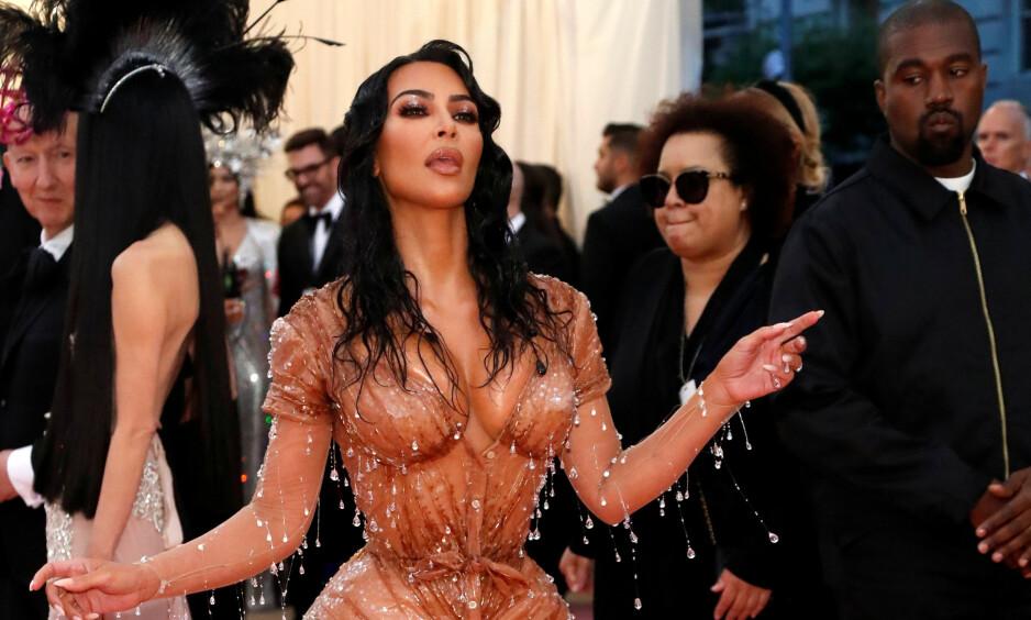 KORSETT: Kim Kardashian hadde på seg et korsett under denne kjolen fra designer Thierry Mugler - som hun hadde på seg under årets Met-galla i New York. Foto: NTB Scanpix