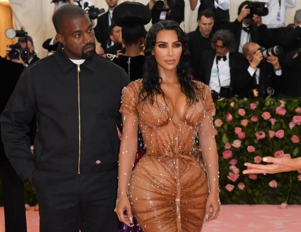 MET-GALLAEN: Kim Kardashian ankom arrangementet med ektemannen Kanye West. Flere hevdet hun hadde fjernet flere ribbein for å komme inn i kjolen. Foto: NTB Scanpix
