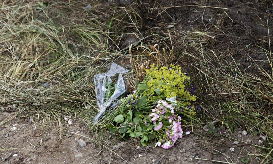MINNE: På ulykkesstedet i Trustrup i Danmark har det blitt lagt ned blomster til minne om de omkomne. Foto: Frank Karlsen / Dagbladet