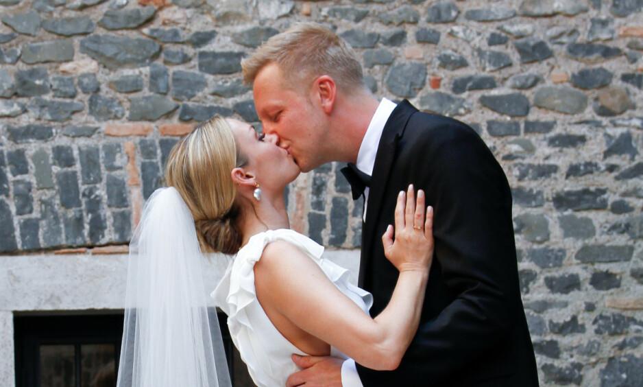 MANN OG KONE: Programleder Fridtjof Nilsen og Katrine Kvalsund har vært sammen i ti år, og har to barn sammen. Nå har de endelig giftet seg. Foto: Christian Enger / Pressworks