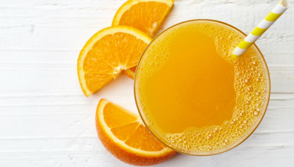 SUKKER: Juice inneholder som kjent en del fruktsukker og kan, ifølge en ny studie, gi økt risiko for overvekt og kreft. Foto: