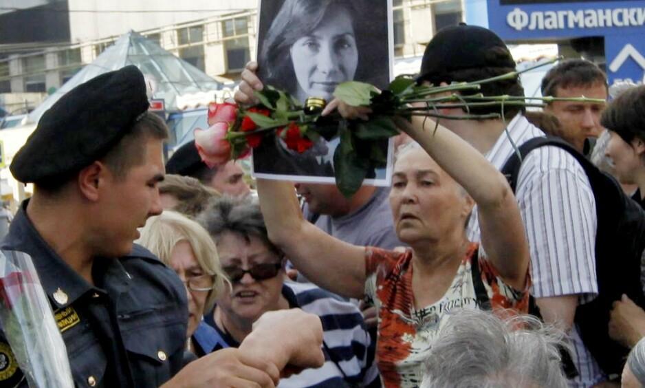 DREPT: Menneskerettighetsforkjemperen Natalia Estemirova, også kalt Natasja, ble drept for ti år siden i dag. Bildet er fra en av mange demonstrasjoner til hennes minne. Foto: Mari Bastashevski / Reuters / NTB scanpix