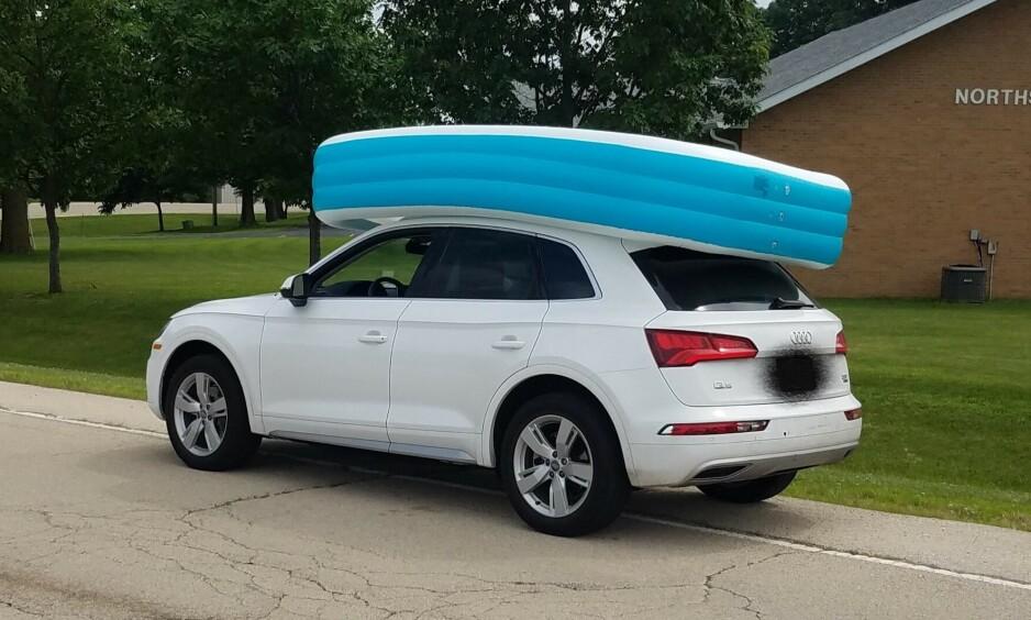 BASSENG: En kvinne bosatt i Illinois ble denne uka pågrepet etter å ha plassert døtrene sine i et badebasseng på taket av bilen sin. Foto: Dixon, Illinois Police Department / Twitter.