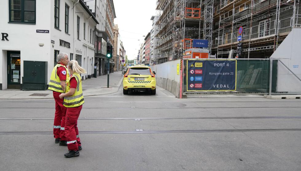 POLITIAKSJON: Politiet rykket ut til Tollbugata fredag morgen etter at det hadde blitt avfyrt skudd der. En mann er skadd og sendt til Ullevål sykehus. Også den mistenkte gjerningspersonen er skadd og sendt til sykehus. Skadeomfanget er ukjent. Foto: Fredrik Hagen / NTB scanpix