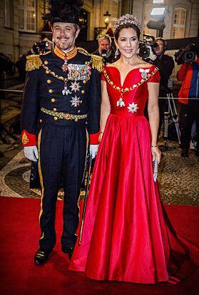 MED POPM OG PRAKT: Kronprins Frederik og kronprinsesse Mary var ikke noe dårligere antrukket enn dronningen da de ankom Nyttårskuren i 2018. Foto: NTB Scanpix