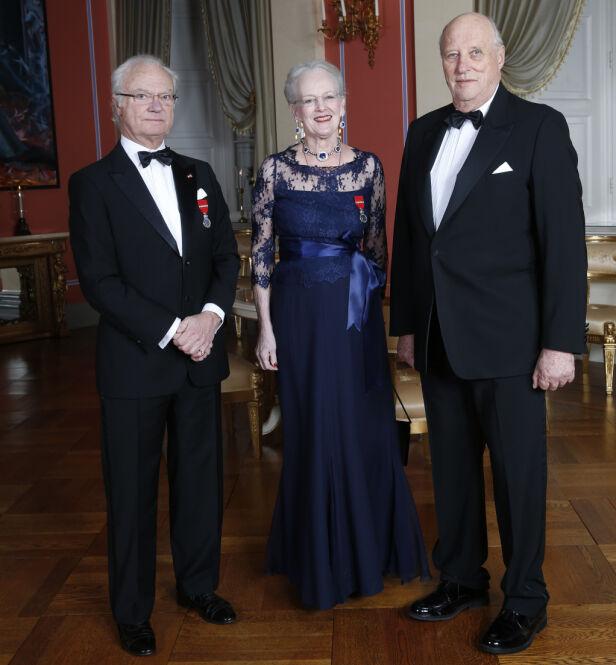 MONARKER: Alle har de arvet tronen fra sine foreldre. Det er likevel forskjell på hvor mye hver av dem har i lønn. Her er kong Carl Gustaf, Dronning Margrethe og kong Harald avbildet under sistnevnte og dronning Sonjas 25-årsjubileum som regenter i 2016. Foto: NTB Scanpix