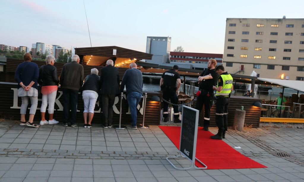 RYKKET UT: Bildet viser politi på stedet. Foto: Theo Aavitsland Valen.