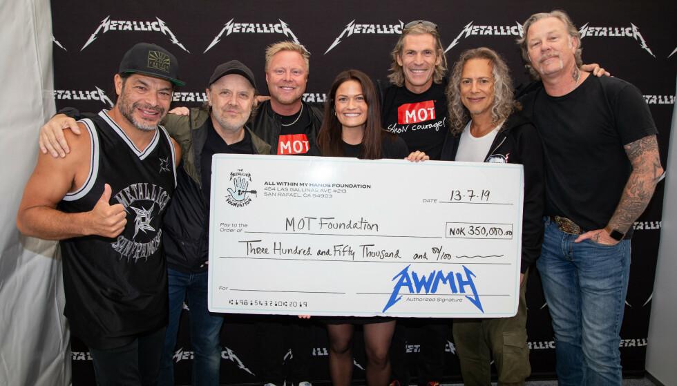 SPILLER I TRONDHEIM: Lørdag kveld spiller metallbandet Metallica i Trondheim. Før konserten donerte de 350 000 kroner til MOT. Foto: MOT