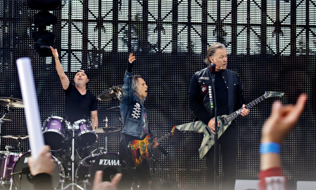 ER DERE MED?: Lars Ulrich, Kirk Hammett og James Hetfield på den store scenen i Granåsen i Trondheim i kveld. Foto: Frank Karlsen / Dagbladet
