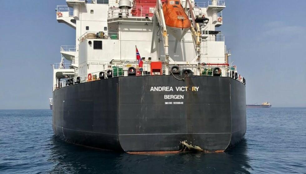 STORT HULL: Akterenden på det norskeide «Andrea Victory» fikk et stort hull etter det angivelige angrepet i Omanbukta i juni. USA har beskyldt Iran for å stå bak hendelsen. Foto: Emiratiske myndigheter / AFP / NTB Scanpix