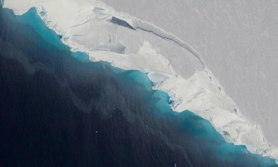 PROPP: Thwaites-breen blir spist opp av Amundsenhavet, som nærmer seg et kritisk punkt. Om vannet trenger langt nok inn, kan store deler av Vest-Antarktis smelte, frykter forskere. Foto: Jeremy Harbeck / NASA / OIB