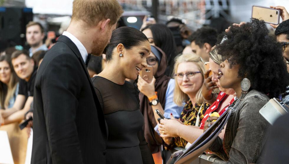 HILSTE PÅ FANSEN: Hertugparet tok seg tid til å slå av en prat med fansen på vei inn. Foto: NTB Scanpix